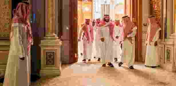 Príncipe herdeiro saudita Mohammed bin Salman, ao centro, chega para feira de Iniciativa de Investimentos Futuros, na Arábia Saudita  - TASNEEM ALSULTAN/NYT