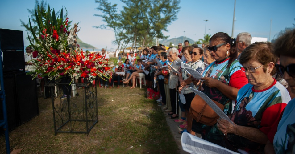 23.abr.2018 -  Fiéis homenageiam o Dia de São Jorge durante celebração na Praia do Recreio dos Bandeirantes, zona oeste do Rio de Janeiro, nesta segunda- feira, 23