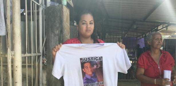 Camila Silva segura camiseta com foto do marido - Hanrrikson de Andrade/UOL