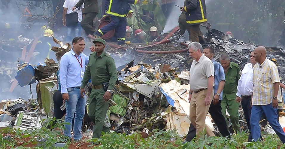 18.mai.2018 - Equipes de resgate trabalham em local da queda de avião nas imediações do aeroporto José Martí, no município de Boyeros, nos arredores de Havana, Cuba