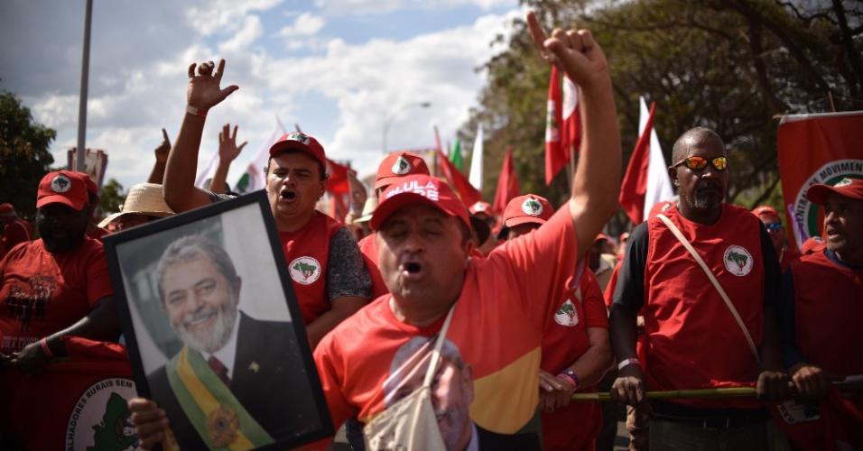 15.ago.2018 - Manifestantes com a foto do ex-presidente Lula marcha ao TSE (Tribunal Superior Eleitoral) para pedir registro da candidatura