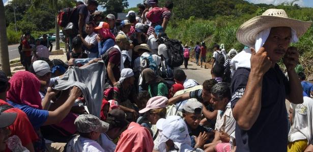 22.0ut.2018 - Migrantes hondurenhos a bordo de um caminhão na caravana que segue rumo aos Estados Unidos - JOHAN ORDONEZ