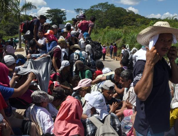 22.out.2018 - Migrantes hondurenhos a bordo de um caminhão na caravana que segue rumo aos Estados Unidos