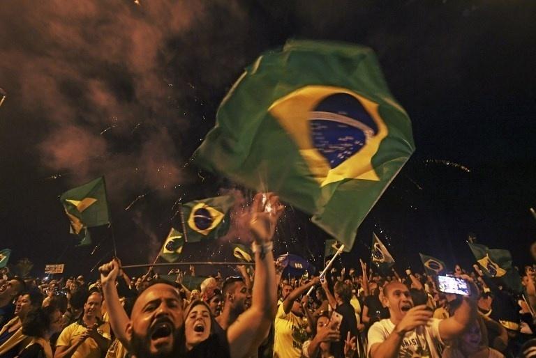 28.out.2018 - Apoiadores do presidente eleito Jair Bolsonaro celebram vitória nas urnas nas ruas do Rio de Janeiro