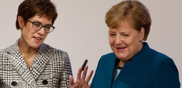 A chanceler alemã Angela Merkel (dir.) ao lado de Annegret Kramp-Karrenbauer (esq.), escolhida como sua sucessora na liderança do partido União Democrata-Cristã (CDU)