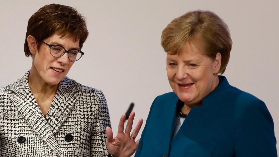 A chanceler alemã Angela Merkel (dir.) ao lado de Annegret Kramp-Karrenbauer (esq.), escolhida como sua sucessora na liderança do partido União Democrata-Cristã (CDU) - Odd Andersen/AFP