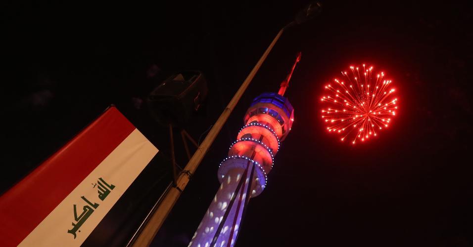 Fogos na torre Bagdá, na capital iraquiana