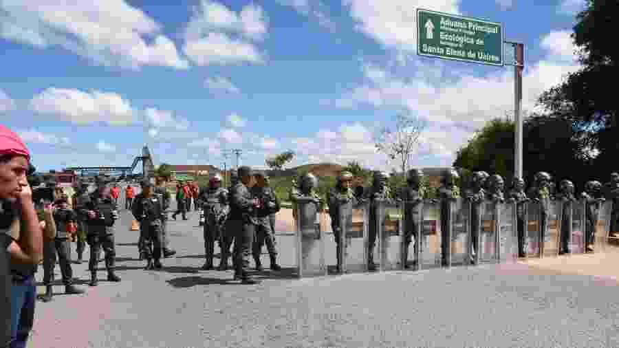22.fev.2019 - Membros da Guarda Nacional Bolivariana fecham a fronteira entre Brasil e Venezuela - ROMMEL PINTO/FUTURA PRESS/FUTURA PRESS/ESTADÃO CONTEÚDO