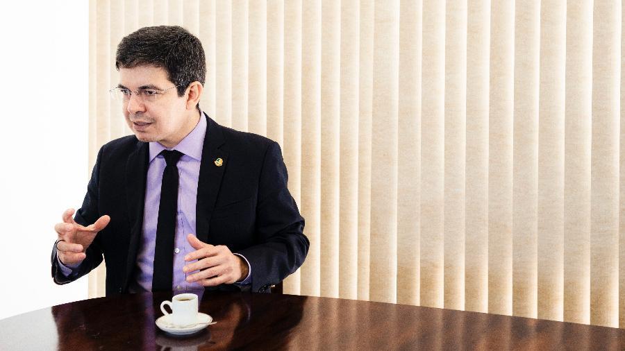 Senador Randolfe Rodrigues concede entrevista ao UOL em seu gabinete em Brasília - Diego Bresani/UOL