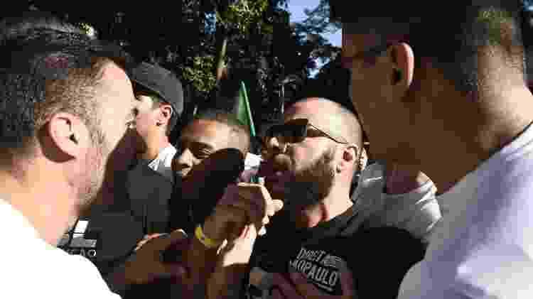 5.jul.2019 - Membros do Direita SP discutem com integrantes do MBL durante confusão entre os dois grupos em protesto na Avenida Paulista, no domingo passado (30) - Ettore Chiereguini/Futura Press/Folhapress - Ettore Chiereguini/Futura Press/Folhapress
