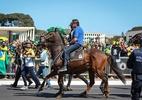 Bolsonaro mostra passeio a cavalo e diz: 'Estarei onde o povo estiver'