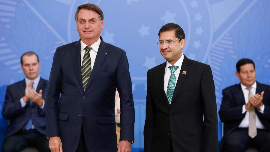 O presidente Jair Bolsonaro (sem partido) e o advogado-geral da União, José Levi, durante cerimônia de posse deste último na AGU - Alan Santos/PR