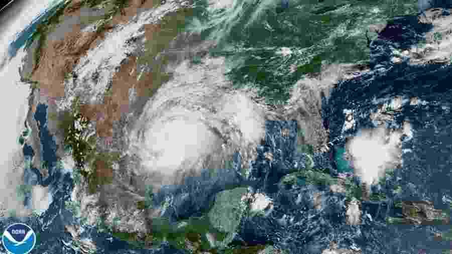 25.jul.2020 - Imagem de satélite mostra o Furacão Hanna no Golfo do México, se aproximando da costa do Texas, EUA - NOAA via Reuters