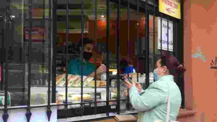 3.09.2020 - Mulher faz compras em loja de São Paulo (SP) em meio à pandemia de covid-19 - Mo Chengxiong/China News Service via Getty Images