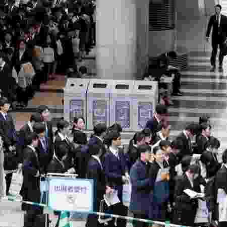 """Tradicionalmente, estudantes universitários japoneses participam de palestras de recrutadores de empresas durante a temporada de """"sh?shoku katsud?"""" - Alamy"""