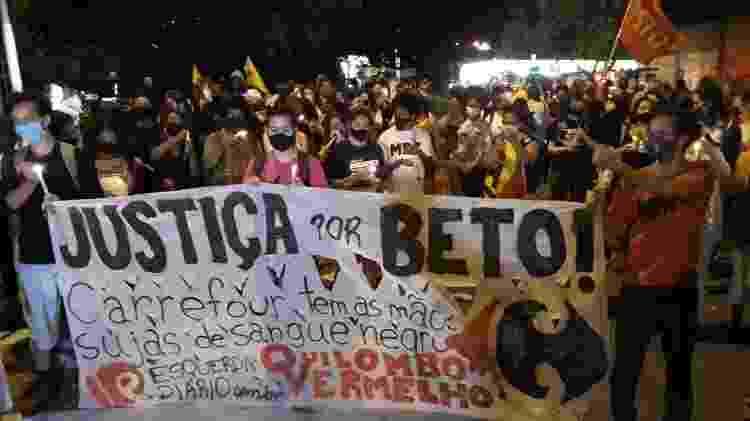 27.nov.2020 - Em Rio Grande do Sul, pessoas realizam ato pedindo justiça por Beto Freitas, morto no estacionamento do Carrefour - Hygino Vasconcellos - Hygino Vasconcellos
