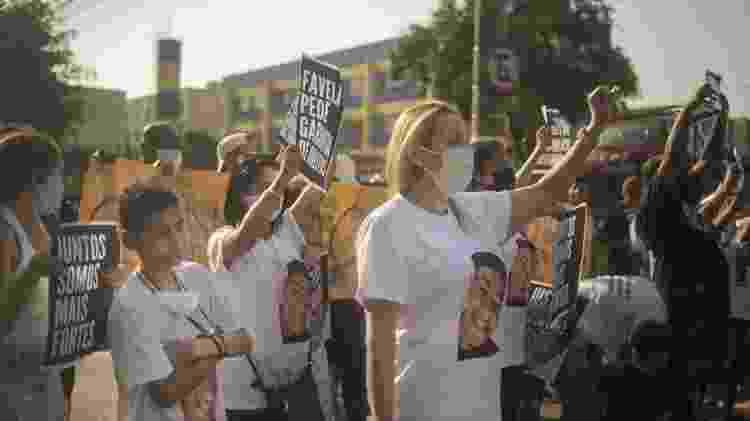 Ana Paula com familiares em protesto contra a morte de Igor - BBC - BBC