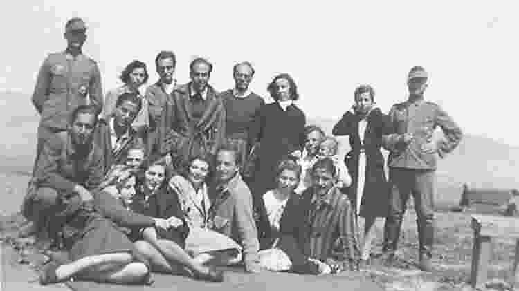 Isaac Jacob Menache (em pé, o terceiro a partir da esquerda) no campo de trabalho forçado do aeroporto militar de Atenas, sob ocupação alemã, 1944 - Vozes do Holocausto/Arqshoah - Vozes do Holocausto/Arqshoah