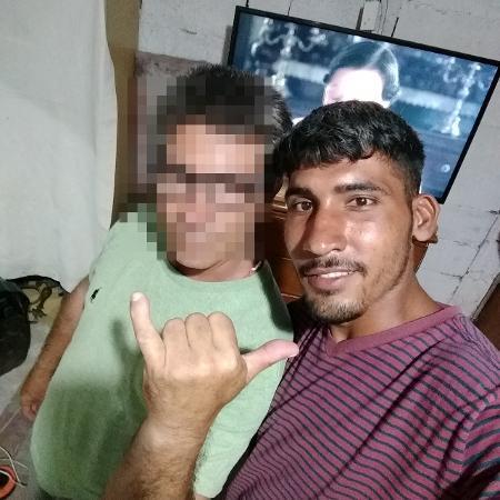 O rapaz (à direita) tinha fotos com o padrasto nas redes sociais - Reprodução/Facebook