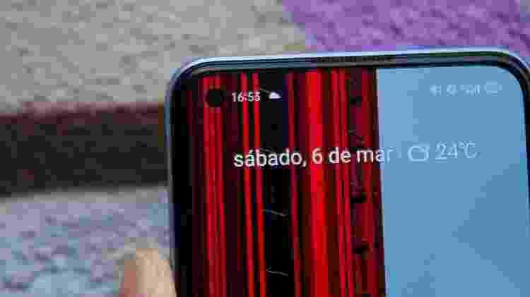 Detalhe da câmera selfie e alto-falante do Realme 7 Pro - Guilherme Tagiaroli/Tilt - Guilherme Tagiaroli/Tilt