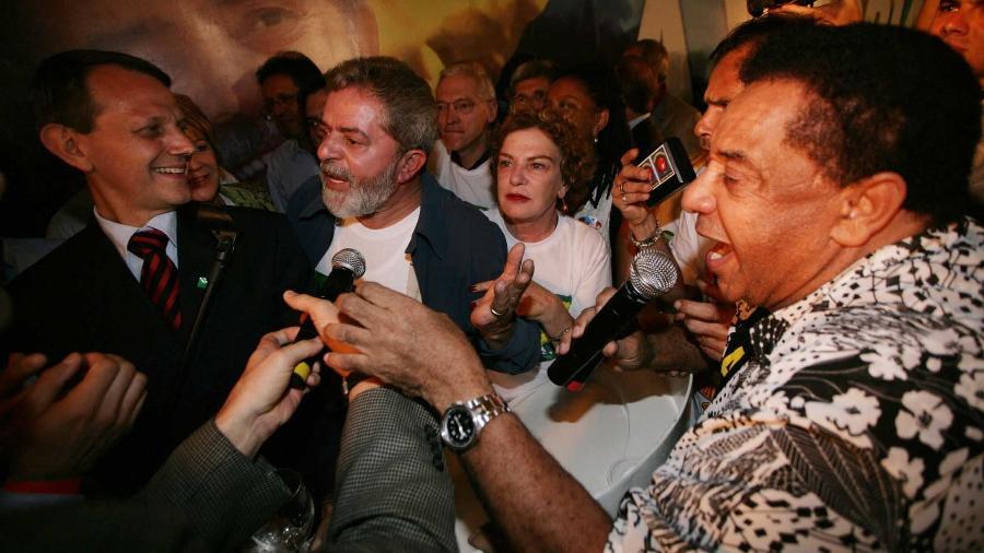 """Agnaldo Timóteo canta """"Parabéns a Você"""" para o então presidente Lula durante a campanha de reeleição em 2006 - João Wainer/Folhapress"""
