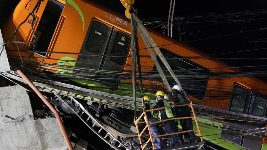 Equipes de resgate procuram por vítimas após queda de viaduto do metrô na Cidade do México - Luis Cortes/Reuters
