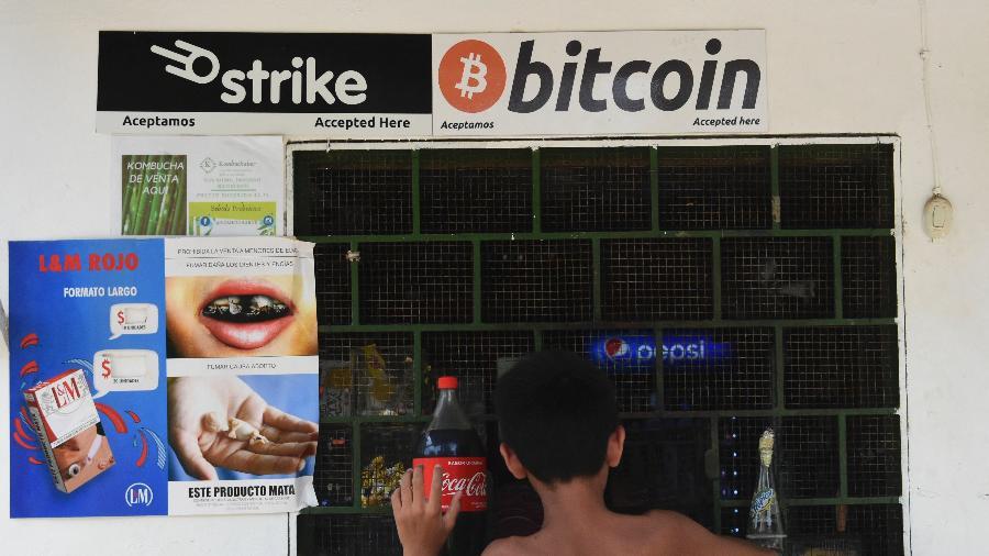 09.jun.2021 - Um menino compra em uma loja que aceita bitcoins em El zonte, 56 km a sudeste de San Salvador, capital de El Salvador - Stanley ESTRADA / AFP