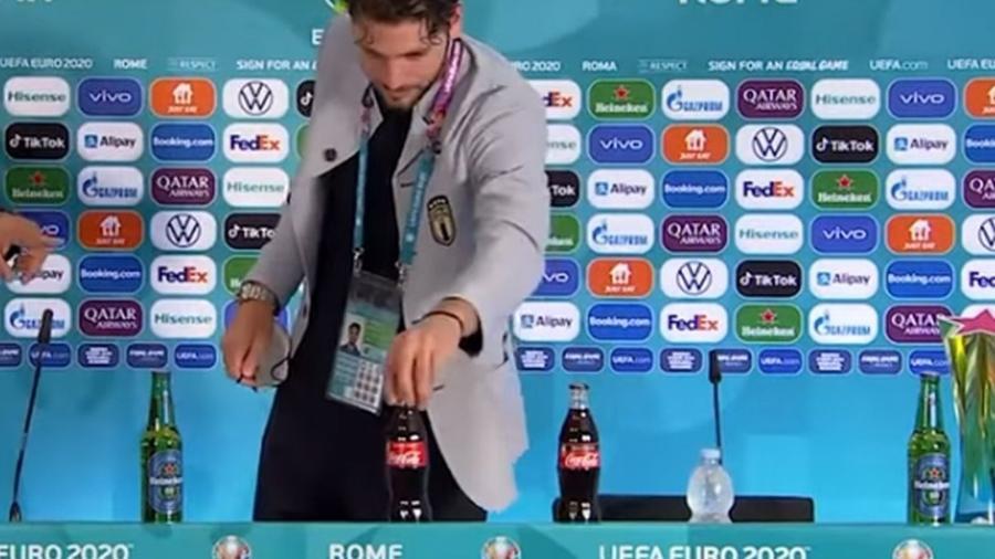 """Locatelli troca garrafa de refrigerante por garrafa d""""água, em coletiva - Reprodução"""