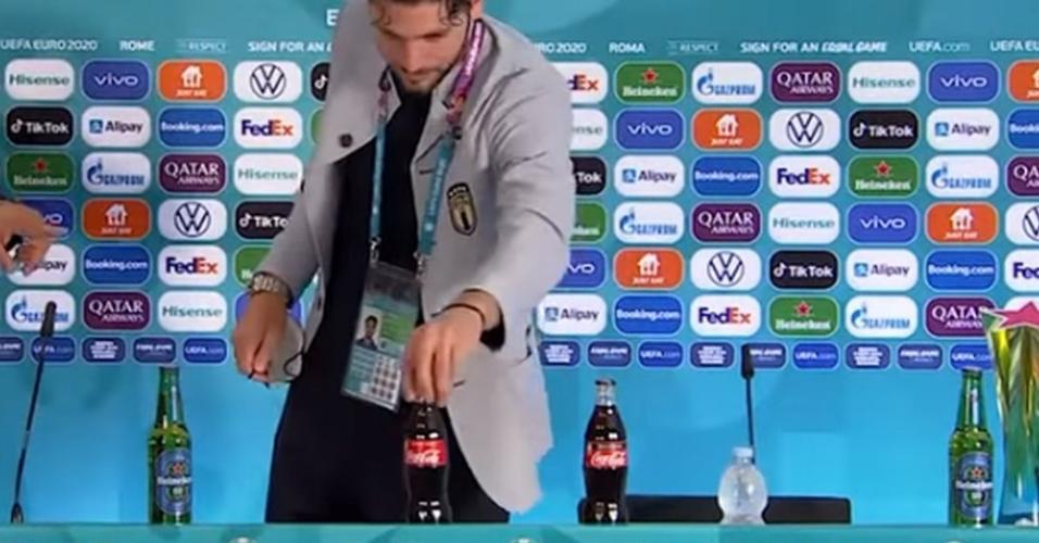 Locatelli troca garrafa de refrigerante por garrafa d'água, em coletiva