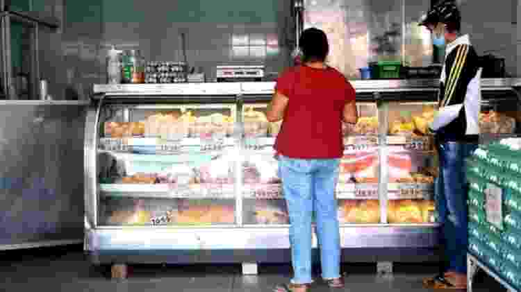 Depois de quatro tentativas, Lindinalva encontrou um local que tinha carcaças e pele de frango para vender - FELIX LIMA/ BBC NEWS BRASIL - FELIX LIMA/ BBC NEWS BRASIL