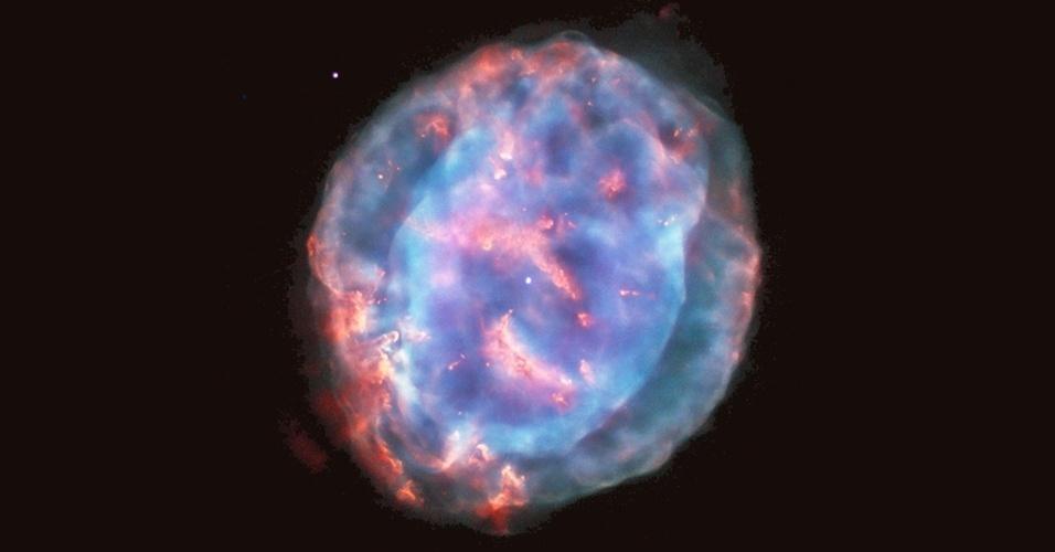 7.ago.2015 - Esta bolha colorida é uma nebulosa planetária chamada NGC 6818, também conhecida como Pequena Joia. Ela está localizado na constelação de Sagitário, a cerca de 6.000 anos-luz de distância da Terra. A rica luz da nebulosa não tem nem dois anos-luz de diâmetro, mas ainda uma pequena joia em uma escala cósmica. Quando as estrelas, como o Sol, se