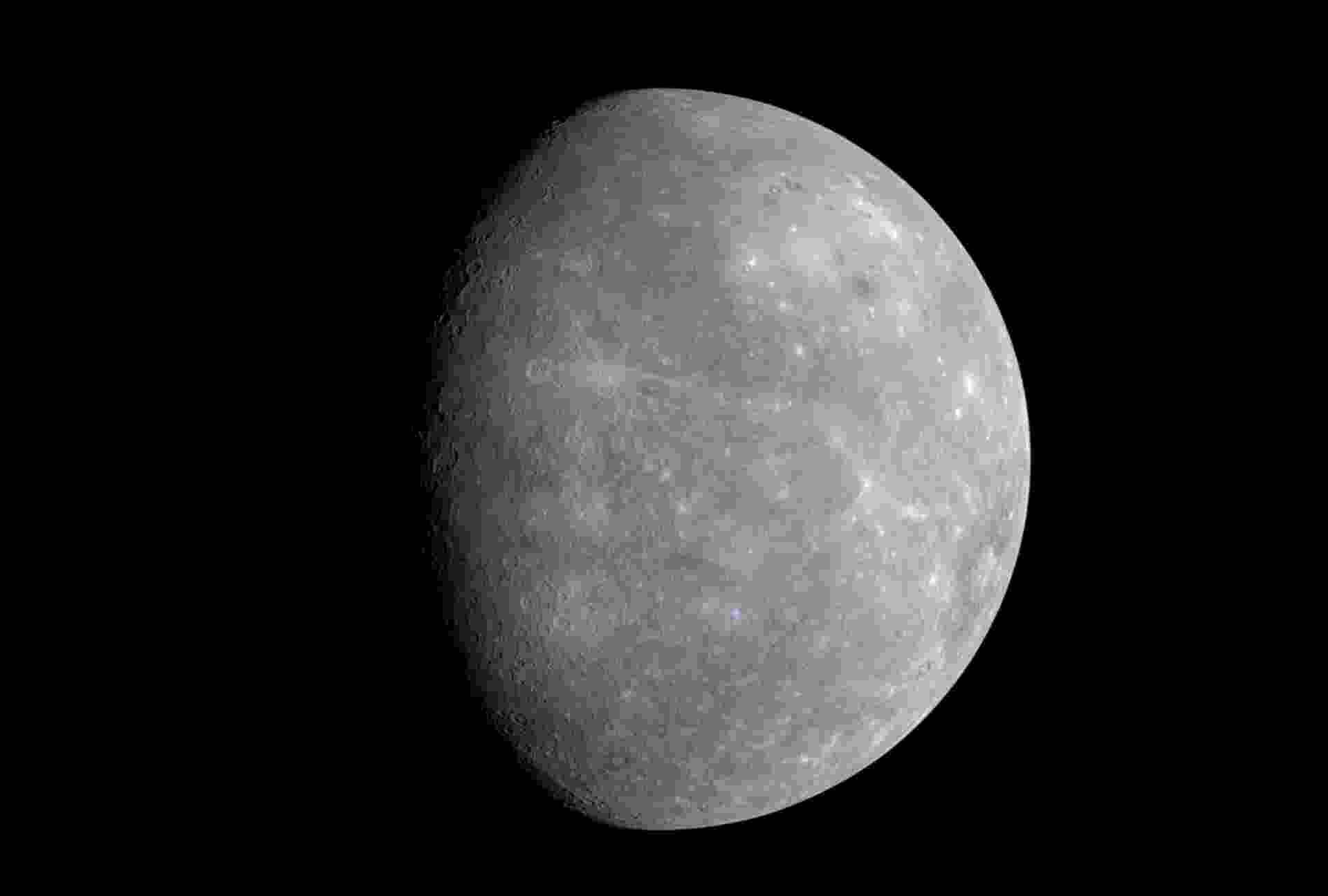 26.ago.2015 - Distante 58 milhões de quilômetros do Sol, Mercúrio é o planeta rochoso do Sistema Solar mais próximo do Astro. Se fosse possível ficar de pé sobre a superfície dele, o Sol pareceria três vezes maior do que estamos acostumados a ver da Terra. O planeta tem uma coloração acinzentada e uma aparência bastante parecida com a da Lua, com várias crateras resultantes das colisões de meteoritos e cometas. Esta imagem foi feita em janeiro de 2008 pela sonda Messenger - Carnegie Institution of Washington/Nasa
