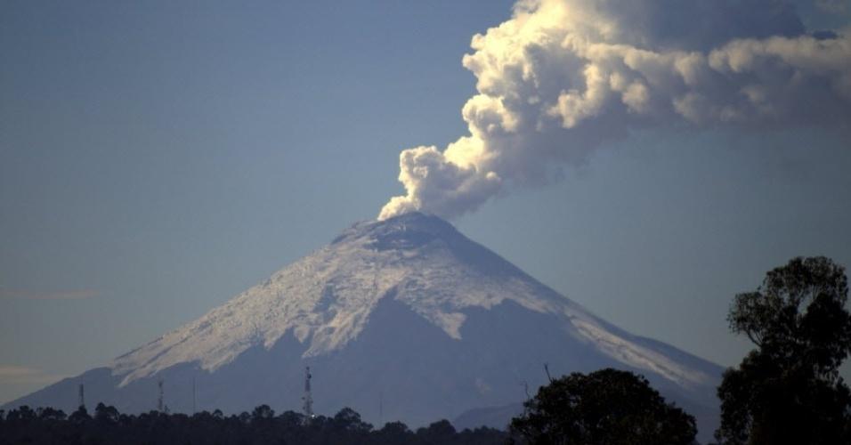 26.out.2015 - O vulcão Cotopaxi, um dos maiores vulcões ativos do mundo, está sendo monitorado pelas autoridades do Equador. O presidente Rafael Correa manteve o alerta amarelo para erupções e explosões de cinzas na região