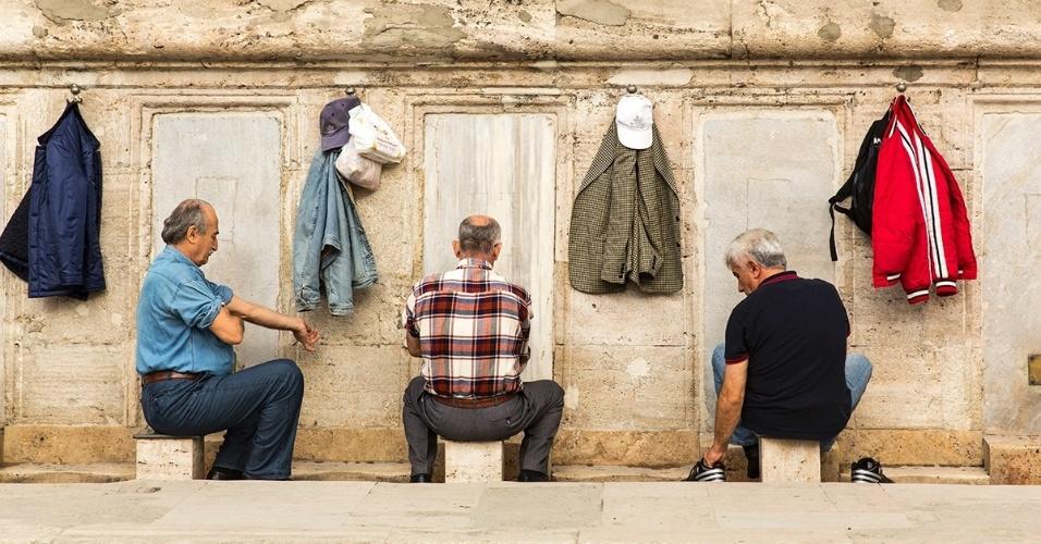 8.jan.2015 - Homens turcos lavam os pés antes de entrar na Yeni Cami, Mesquita Nova, em Istambul. O Alcorão diz que aqueles que querem ler suas páginas precisam estar limpo