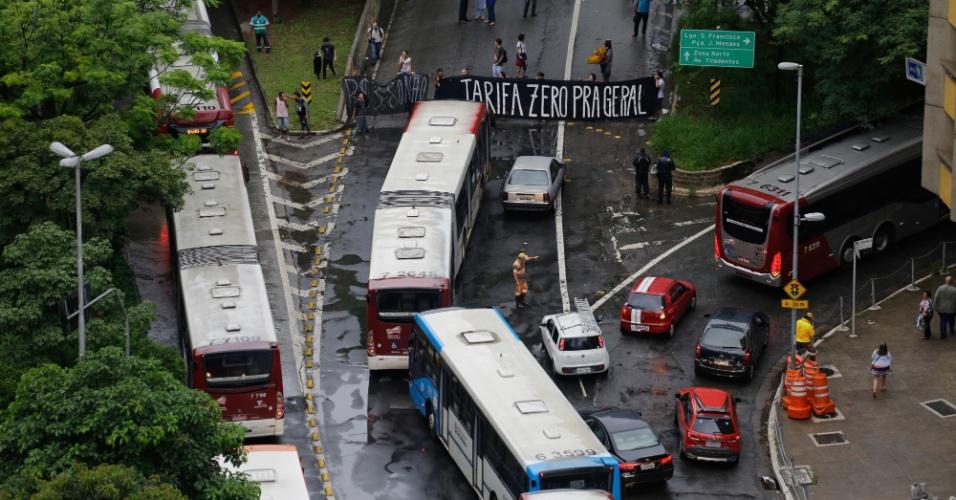 11.jan.2016 - Manifestantes ligados ao movimento Passe Livre realizam um protesto fechando a entrada do terminal Bandeira, na região central de São Paulo, contra o aumento da tarifa de transporte público