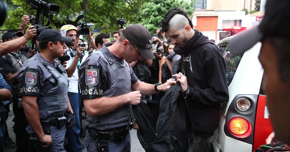 19.jan.2016 - Dois manifestantes foram detidos antes do protesto (entre eles Anderson Alves, de moicano na foto) contra o aumento das tarifas do transporte público, em São Paulo. Segundo a polícia, ambos portavam objetos como martelo, tesoura e faca. Os dois foram encaminhados para o 14º DP