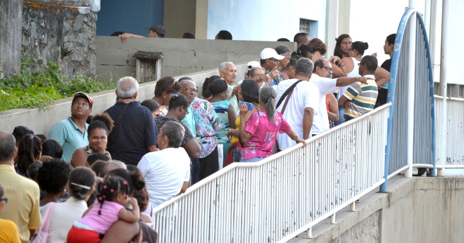 1º.fev.2016 - Pacientes enfrentam fila para atendimento no Hospital Universitário Professor Edgard Santos, em Salvador (BA). O país vive forte crise de financiamento de hospitais universitários, mas segundo o governo os repasses continuam sendo realizados