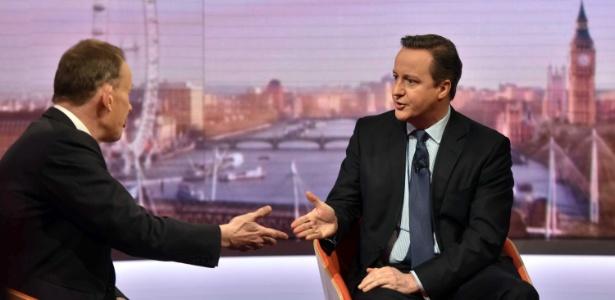 """O primeiro-ministro britânico David Cameron (dir.) concede entrevista ao jornalista Andrew Marr durante o programa """"Andrew Marr Show"""", da BBC, em Londres, Reino Unido"""
