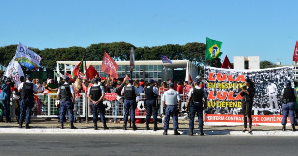 17.mar.2016 - Manifestantes se reúnem em frente ao Palácio do Planalto, em Brasília, para defender a presidente Dilma Rousseff, e a posse do ex-presidente Luiz Inácio Lula da Silva (PT) como ministro-chefe da Casa Civil