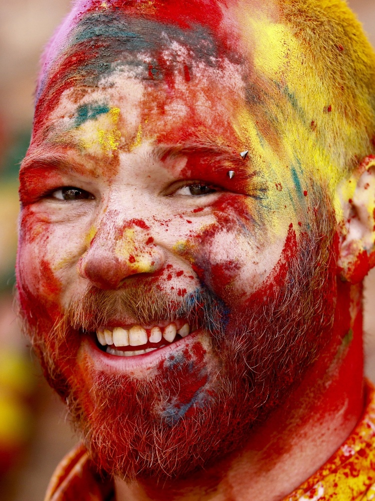 22.mar.2016 - Turista sorri durante o Holi Festival na Basantapur Durbar Square, em Catmandu, capital do Nepal. A festividade hindu marca o começo da primavera no hemisfério norte