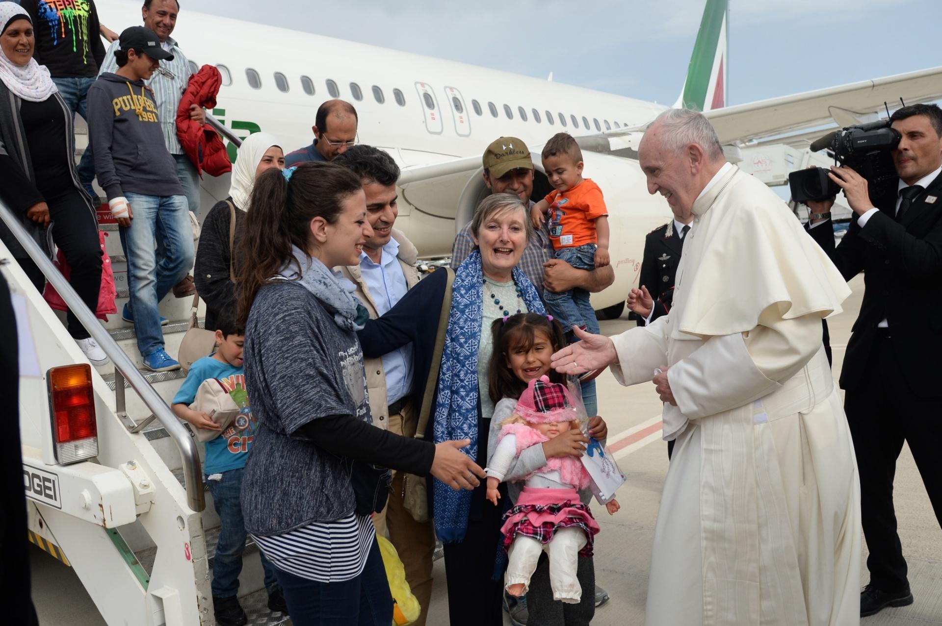 16.abr.2016 - Papa Francisco recebe um grupo de refugiados sírios no aeroporto de Ciampino, em Roma. O pontífice visitou o campo de refugiads de Moria, na ilha de Lesbos, na Grécia, e levou 12 refugiados ao Vaticano