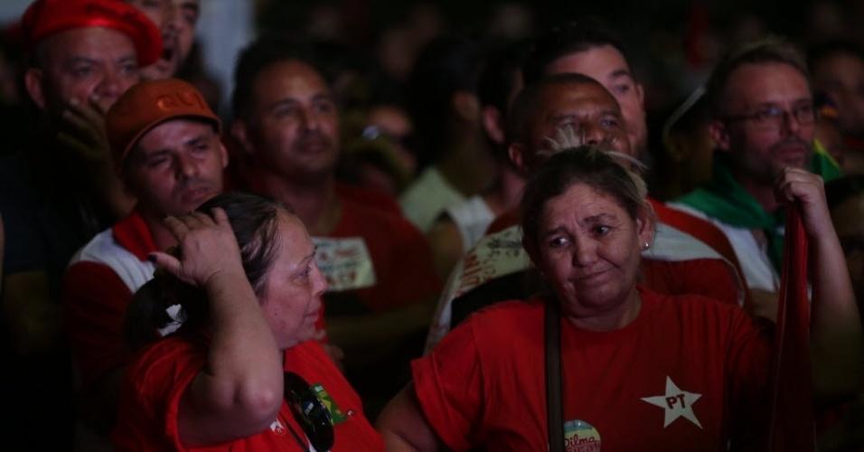 17.abr.2016 - Manifestantes contrários ao impeachment da presidente Dilma Rousseff mostram semblante de preocupação no Vale do Anhangabaú, no centro de São Paulo