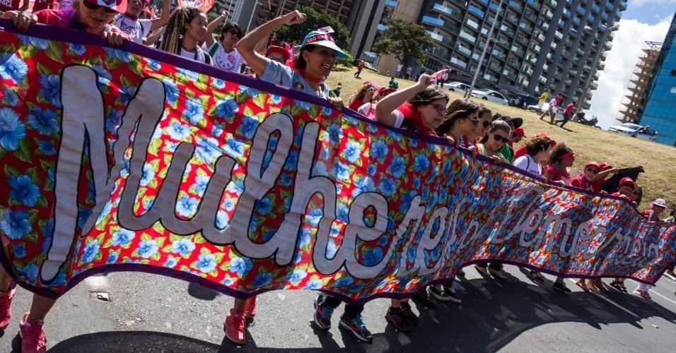 17.abr.2016 - Movimentos feministas se juntam a manifestação contrária ao impeachment da presidente Dilma Rousseff, em Brasília (DF)