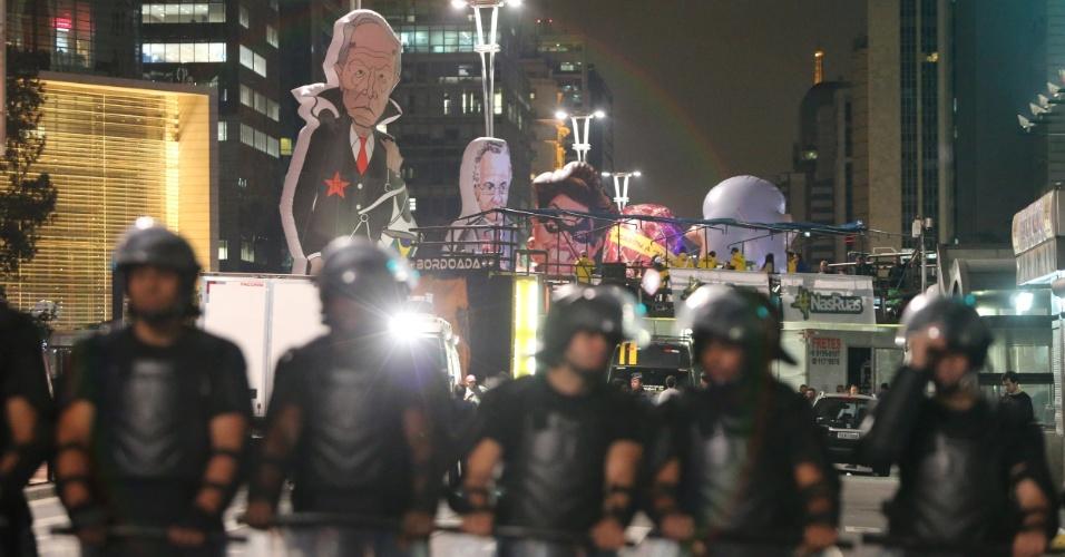 11.mai.2016 - Tropa da polícia forma cordão de isolamento entre grupos contrários e favoráveis ao impeachment da presidente Dilma Rousseff na avenida Paulista, em São Paulo. O local já foi palco de discussões e o clima é quente entre os dois movimentos