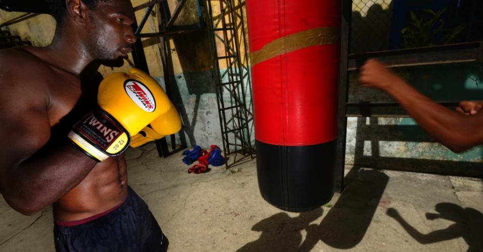 Entre socos: Um boxeador treina em Havana, Cuba. O boxe é um dos esportes mais populares do país, com cerca de 19 mil praticantes