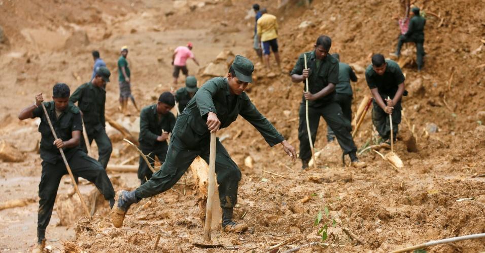 19.mai.2016 - Militares da equipe de resgate procuram por vítimas no local de um grande deslizamento na aldeia de Elangipitiya, em Aranayake, na região central do Sri Lanka. Mais de 130 pessoas estão desaparecidas após o incidente, que atingiu outras aldeias. As fortes chuvas registradas desde sábado já deixaram mais de 35 mortos
