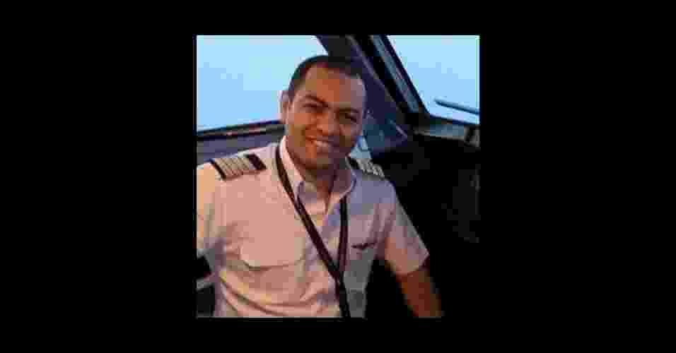 20.mai.2016 - O piloto Mohammed Shoukair, 36, era uma das 66 pessoas que estavam a bordo do voo MS804 da EgyptAir que desapareceu no mar Mediterrâneo. Ele era o mais novo de três filhos, que sonhava em ser aviador desde criança, segundo amigos de infância - Reprodução/Facebook