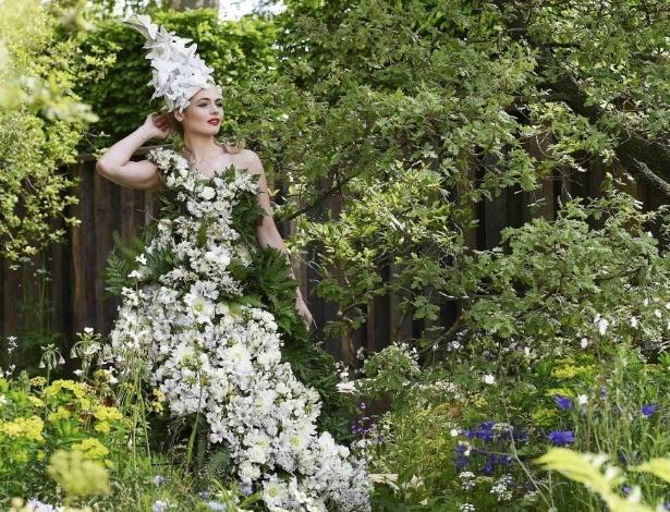 23.mai.2016 - Modelo usa vestido feito com flores e arbustos durante o Chelsea Flower Show, em Londres, Reino Unido. O tradicional evento anual acontece entre os dias 24 e 28 de maio