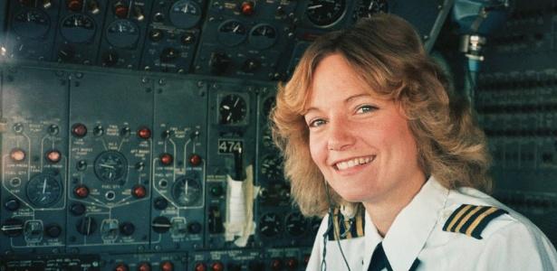 Em foto de 1983, a piloto Kathy Mccullough na cabine de um Boeing 727