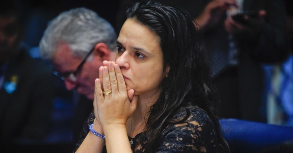 29.ago.2016 - A jurista Janaína Paschoal ouve resposta da presidente afastada, Dilma Rousseff, sobre crise econômica no Brasil, durante sessão do julgamento do impeachment no Senado Federal, em Brasília